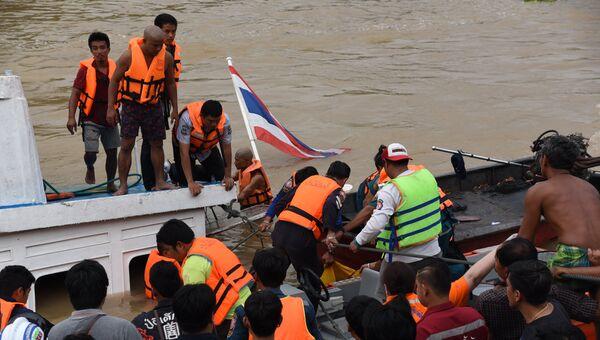 Спасатели на месте крушения речного судна в Таиланде. 18 сентября 2016