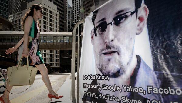 Портрет Эдварда Сноудена на улице в Гонконге. Архивное фото
