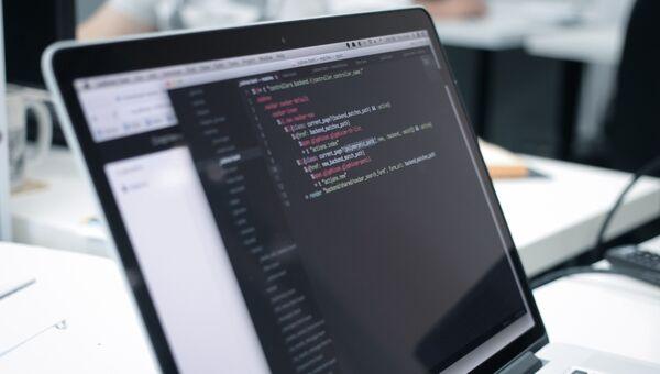 Программный код на экране ноутбука. Архивное фото