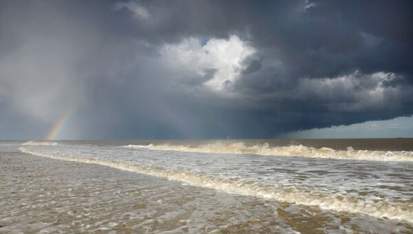 Финалист конкурса Фотограф погодных явлений-2016. James Bailey - Hailstorm and Rainbow over the seas of Covehithe