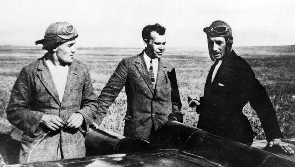 Сергей Люшин, Сергей Королев и Константин Арцеулов возле планера Коктебель