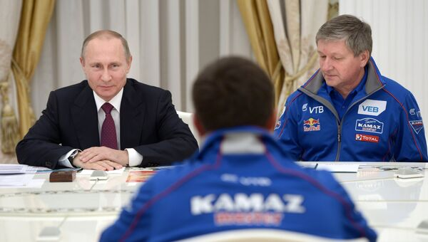Владимир Путин во время встречи с организаторами ралли Шелковый путь и представителями команды КАМАЗ-Мастер. 22 сентября 2016