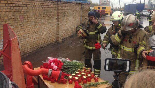 Импровизированный мемориал у проходной на предприятие в Москве, где произошел пожар. Архивное фото
