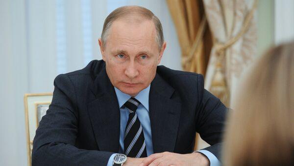 Владимир Путин во время встречи с председателем Центральной избирательной комиссии Эллой Памфиловой и членами ЦИК. 23 сентября 2016