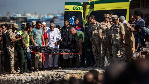 Спасатели, работающие на месте крушения судна с нелегальными мигрантами в Средиземном море у берегов Египта. Архивное фото