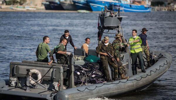 Спасательная операция на месте крушения судна с нелегальными мигрантами в Средиземном море. Архивное фото