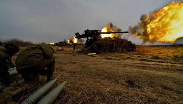 Батарея самоходных артиллерийских установок 2С5 Гиацинт во время стрельбы на комплексной тренировке по управлению огнем и подразделениями 5-й общевойсковой армии Дальневосточного военного округа