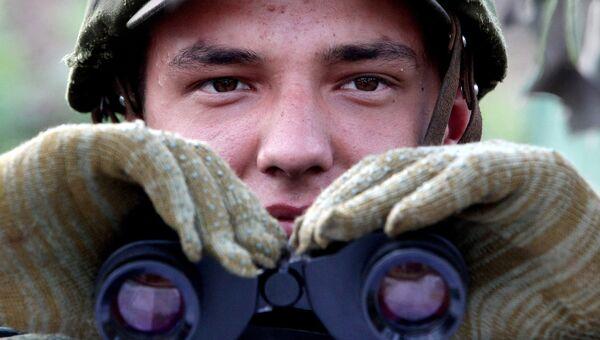 Военнослужащий во время фазы тактического учения. Архивное фото