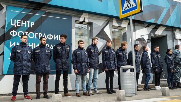 Активисты организации Офицеры России возле входа в Центр фотографии имени братьев Люмьер в Москве . Архивное фото