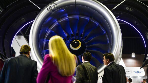 Посетители у авиационного двигателя на стенде Объединенной двигателестроительной корпорации
