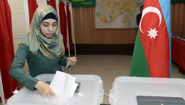 Девушка на избирательном участке в Баку во время референдума по изменениям в конституцию Азербайджана. Архивное фото