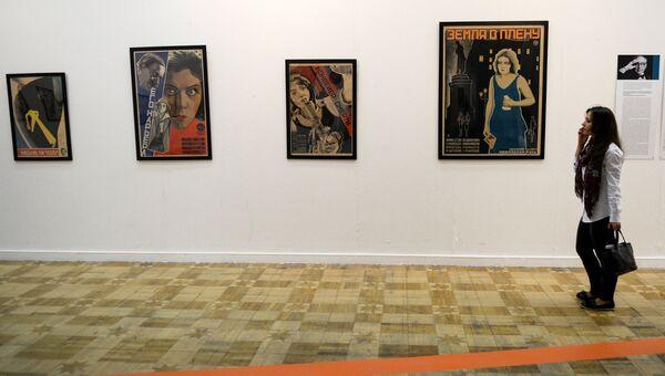 Посетительница на выставочном проекте Российский форум коллекционеров в Центральном доме художника (ЦДХ)