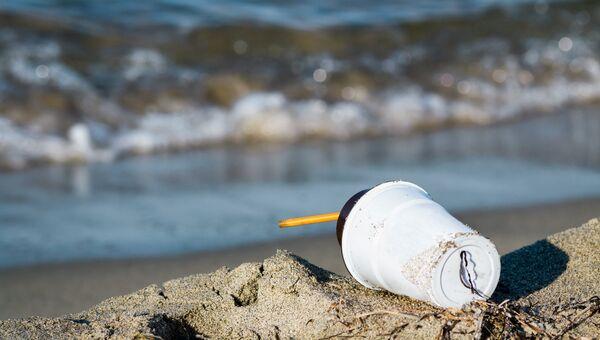 Пластиковый стаканчик на пляже