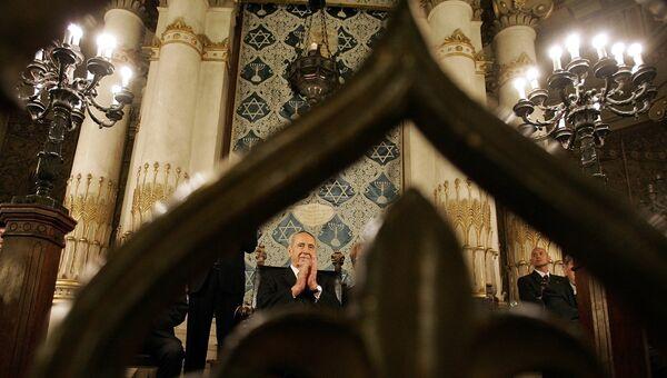 Израильский политик и государственный деятель Шимон Перес в синагоге в Риме. 2007 год. Архивное фото