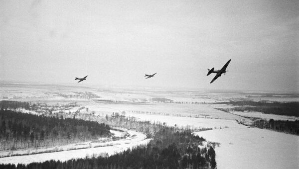 Советские самолеты облетают вражеские позиции под Москвой. 1941 год . Архивное фото
