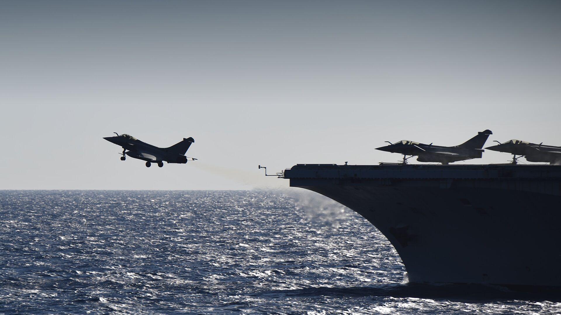 Истребители Rafale взлетают с палубы французского авианосца Шарль де Голль в Средиземном море. 29 сентября 2016 - РИА Новости, 1920, 06.05.2021