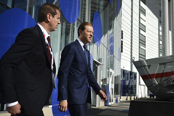 Министр промышленности и торговли РФ Денис Мантуров (справа) на международном инвестиционном форуме Сочи 2016