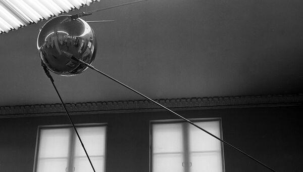 Модель первого советского космического искусственного спутника Земли. Архивное фото