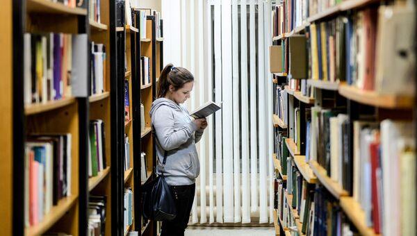 Посетительница в библиотеке. Архивное фото