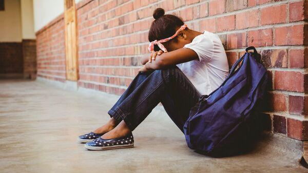 Ученица в школьном коридоре