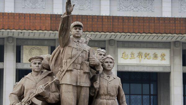 Скульптурная композиция Выполняя заветы Мао Цзэдуна перед Мавзолеем Мао Цзэдуна. Архивное фото в Пекине