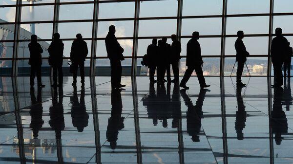 Пассажиры в здании терминала А аэропорта Внуково