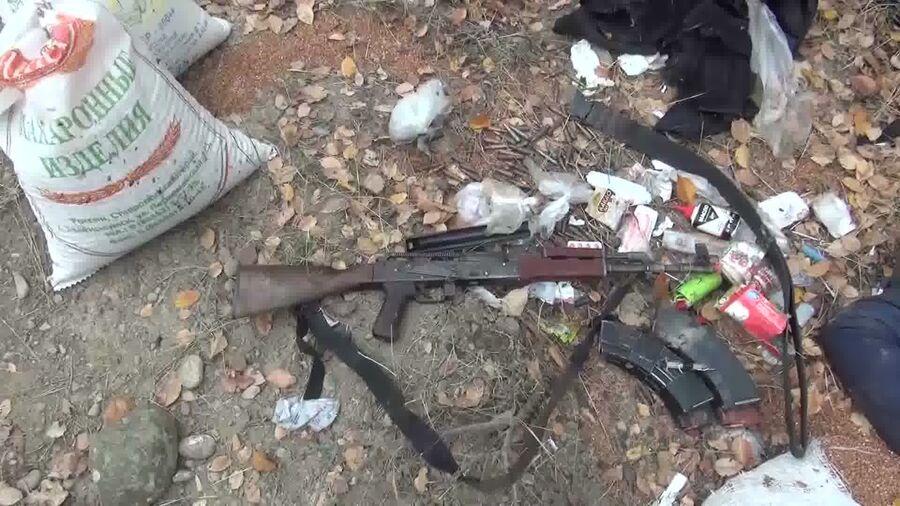 Вещи боевиков, нейтрализованных сотрудниками спецназа ФСБ во время проведения оперативно-розыскных мероприятий в Сулейман-Стальском районе Дагестана