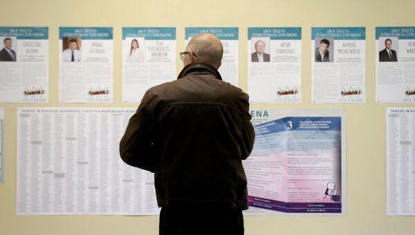 Мужчина на избирательном участке в Вильнюсе, Литва. 9 октября 2016