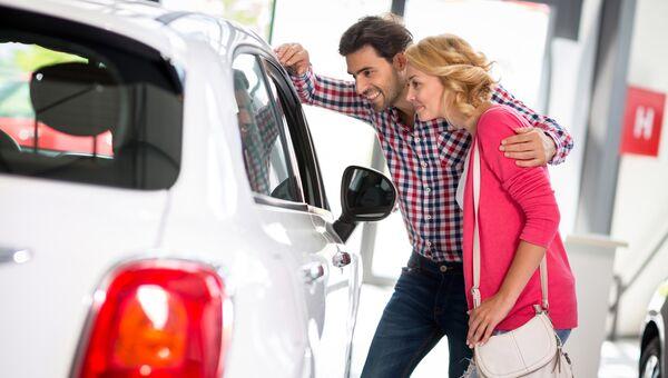 Покупка нового автомобиля в автосалоне. Архивное фото