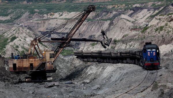 Выемка породы и погрузка ее на железнодорожные платформы на Лучегорском угольном разрезе в Приморском крае. Архивное фото