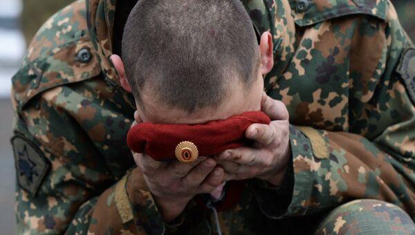 Военнослужащий национальной гвардии РФ во время церемонии вручения краповых беретов в Новосибирской области