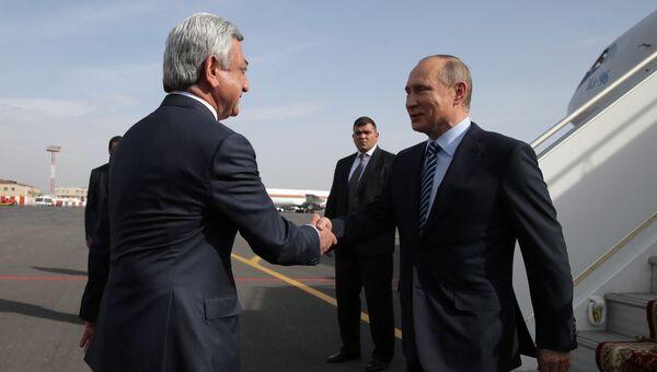 Президент РФ Владимир Путин и президент Армении Серж Саргсян во время церемонии встречи в аэропорту Еревана. 14 октября 2016