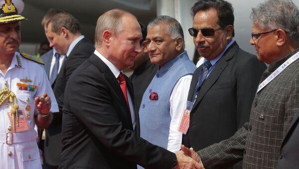 Президент РФ Владимир Путин во время встречи на летном поле индийского аэропорта Даболим в штате Гоа