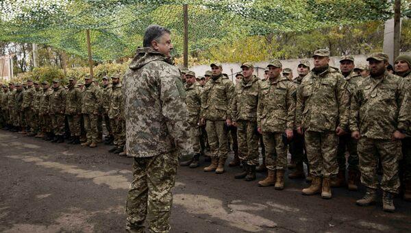 Президент Украины Петр Порошенко во время встречи с военнослужащими в Донецкой области. 15 октября 2016