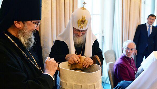 Патриарху Кириллу подарили в Лондоне щенка корги Вилли. Архивное фото