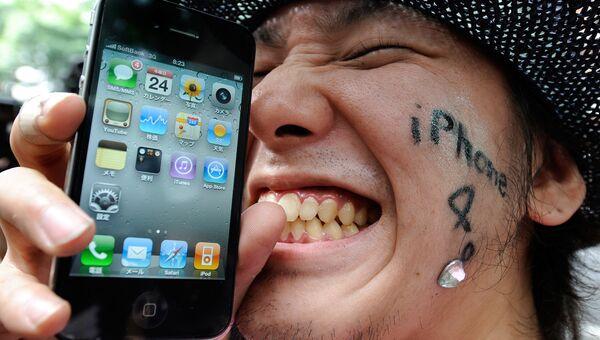 Пользователь со смартфоном iPhone 4. Архивное фото