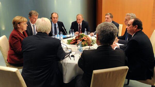 Президент РФ Владимир Путин, федеральный канцлер Германии Ангела Меркель и президент Франции Франсуа Олланд во время трехсторонней переговоров по ситуации в Сириив Берлине. Архивное фото