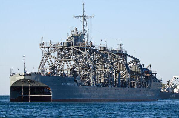 Спасательное судно-катамаран Коммуна Черноморского флота РФ в Севастополе