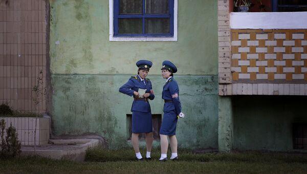 Девушки из дорожной полиции Пхеньяна на улице города