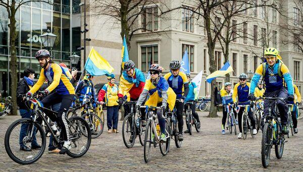 Украинские велосипедисты у здания парламента Нидерландов в Гааге во время акции за вступление Украины в ЕС. Архивное фото
