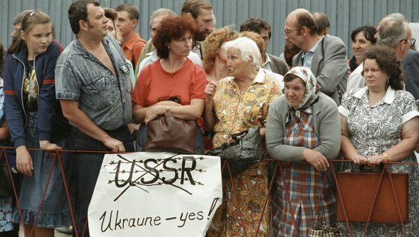 Жители Киева приветствуют кортеж Президента США Джорджа Буша