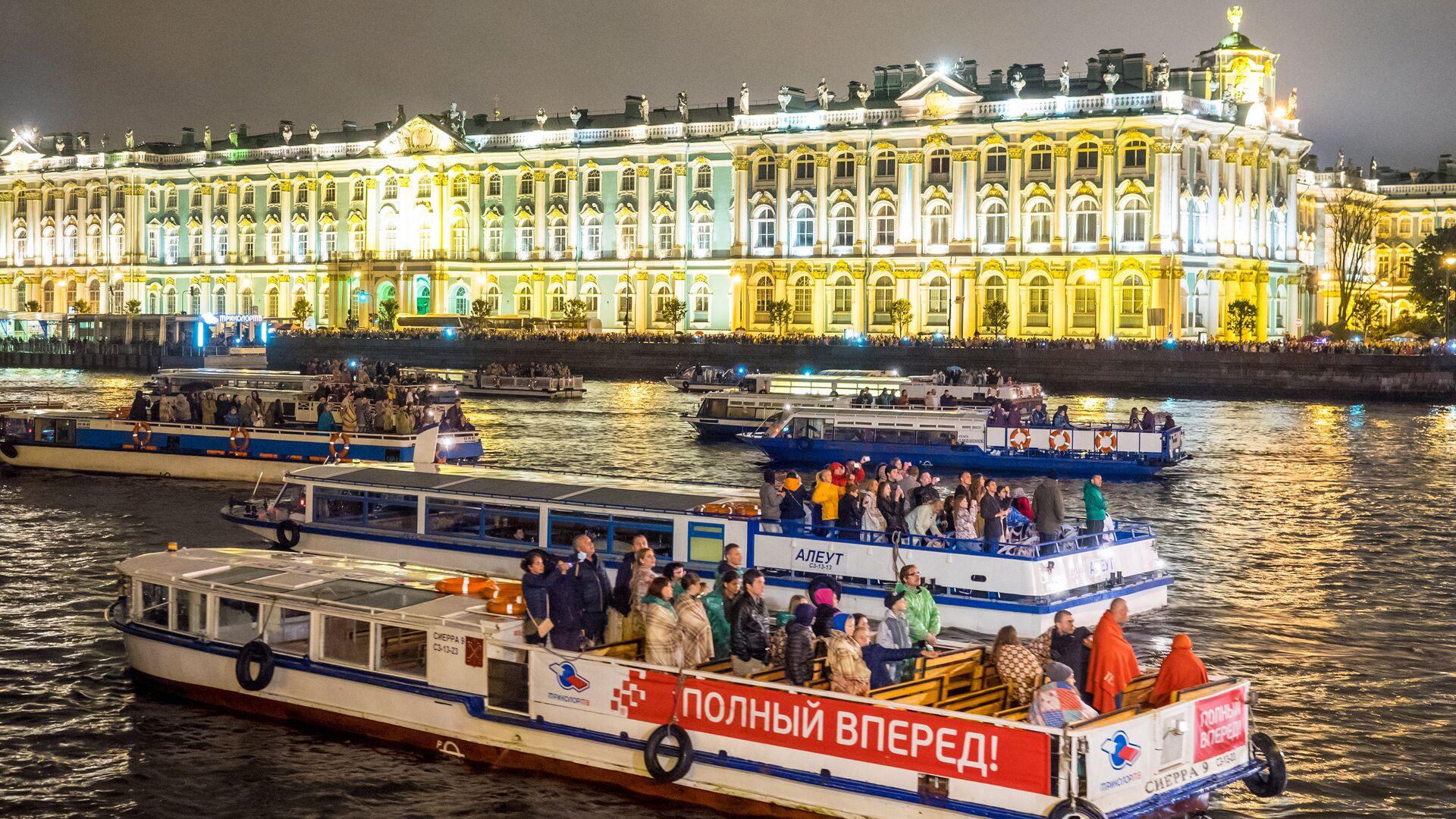 Прогулочные катера во время разведения Дворцового моста в Санкт-Петербурге - РИА Новости, 1920, 02.07.2021
