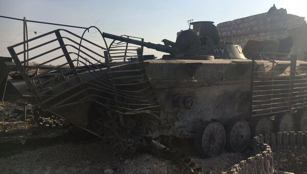 Сложенная бронетехника у части ПВО на юге Алеппо