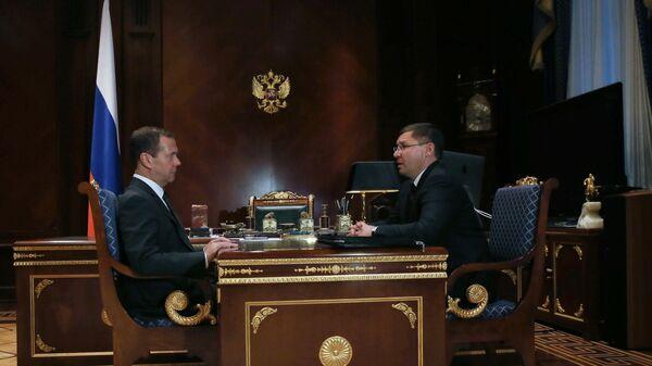 Председатель правительства РФ Дмитрий Медведев и губернатор Тюменской области Владимир Якушев во время встречи в подмосковной резиденции Горки. 24 октября 2016