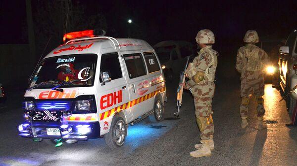 Машина скорой помощи и военные в Пакистане. Архивное фото