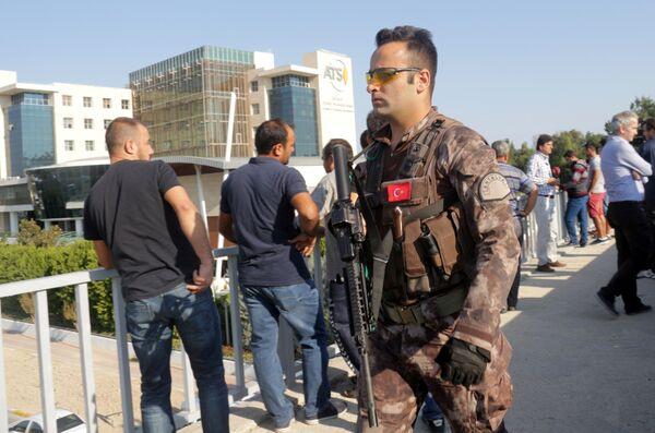 Турецкий военный на месте взрыва в Анталье, Турция. 25 октября 2016