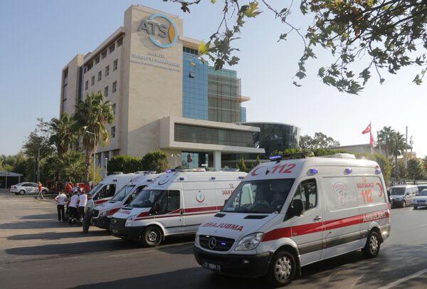 Автомобили скорой помощи на месте взрыва возле здания Торгово-промышленной палаты в Анталье, Турция