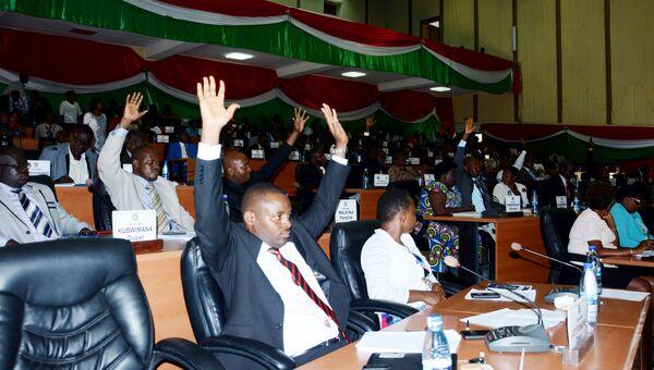 Члены Национальной Ассамблеи Бурунди во время голосования о выходе из соглашения о Международном уголовном суде. Октябрь 2016 года