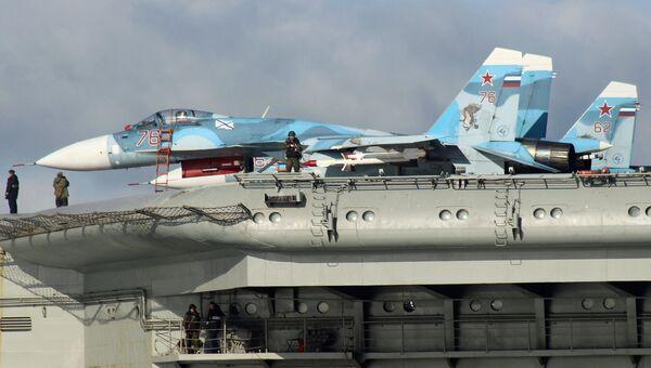 Самолеты Су-33 на борту тяжёлого авианесущего крейсера Адмирал Флота Советского Союза Кузнецов во время прохода авианосной группы Северного флота России через пролив Ла-Манш
