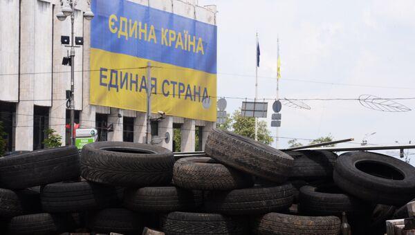 Национальный флаг Украины с надписью Единая страна на русском и украинских языках.